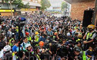 组图:民主派当选人声援理大留守者 警民对峙