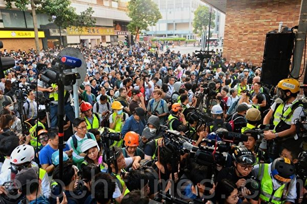 2019年11月25日,防暴警察封鎖往理大的外圍科學館道,,現場有大批市民聚集。(宋碧龍/大紀元)
