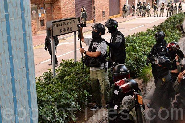 2019年11月25日,防暴警察封鎖往理大的外圍科學館道。(宋碧龍/大紀元)