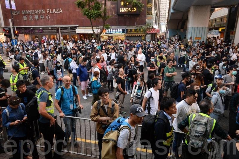 【11.25反暴政直播】民主派當選人與民眾到理大聲援留守者