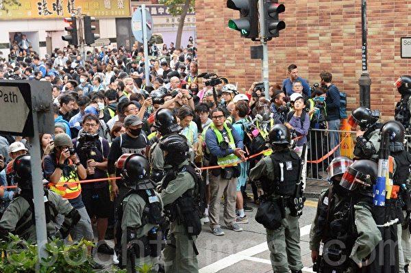 2019年11月25日,防暴警察封鎖往理大的外圍科學館道,有大批聲援理大受困者的市民聚集抗議。(宋碧龍/大紀元)