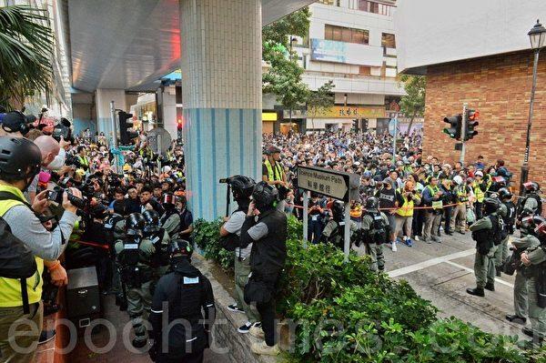 2019年11月25日,防暴警察封鎖理大外圍的科學館逕,與抗爭者對峙。(宋碧龍/大紀元)