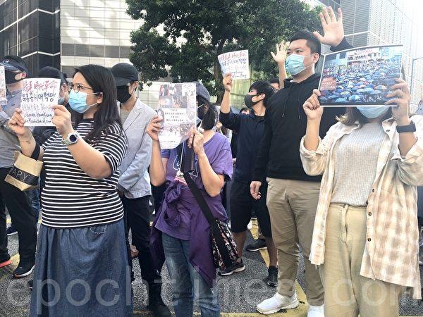 2019年11月27日,香港網友發起觀塘駿業街遊樂場「和你Lunch」活動,要求政府回應「五大訴求」,「拯救理大,還我校園」。(余天祐/大紀元)