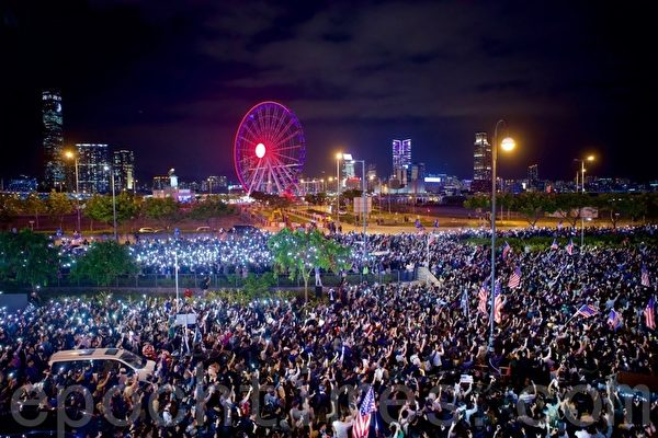 组图:11.28港人多地集会 中环警民对峙