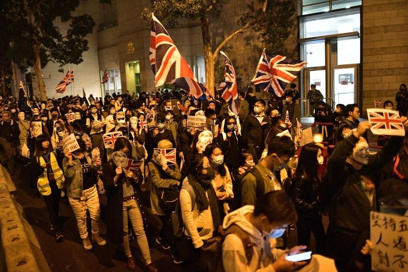 組圖:英駐港領館外 港人集會聲援鄭文傑
