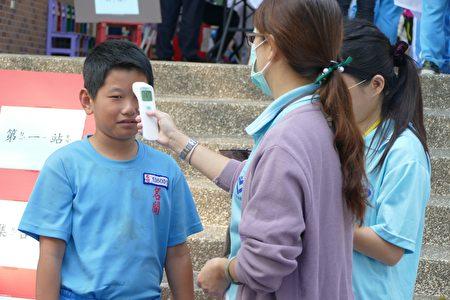 公费流感疫苗接种第一站:量测体温。