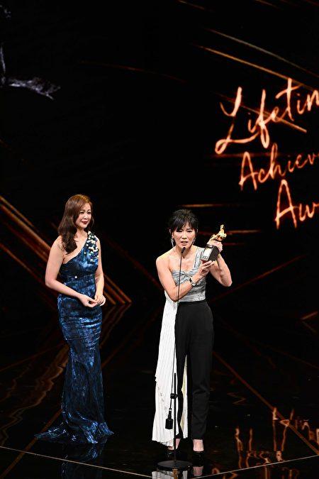 終身成就獎:王羽,由兩位女兒代領。(台視提供)