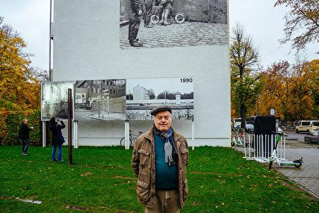已經退休的萊曼參觀柏林圍牆遺址公園。(穆華/大紀元)