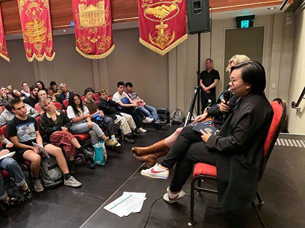 2019年11月6日晚,「走進香港抗爭運動」研討會在墨爾本的維州貿易廳舉行,香港區議員、民權陣線前領袖梁穎敏(Bonnie Leung)發表演講。(主辦方提供)
