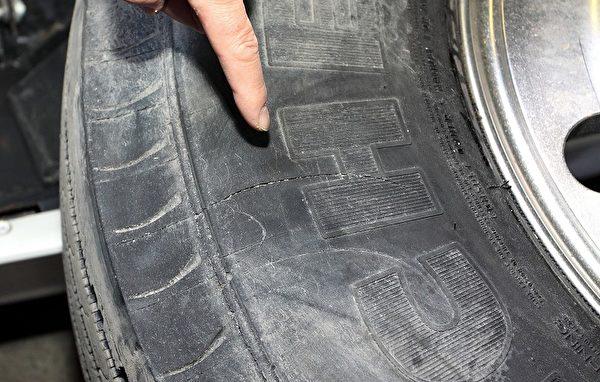 圖為2010年1月13日,在加拿大巡演期間,神韻演員巴士前右側輪胎上被人用刀片割出的兩道劃痕中4英吋長的一處。(明慧網)