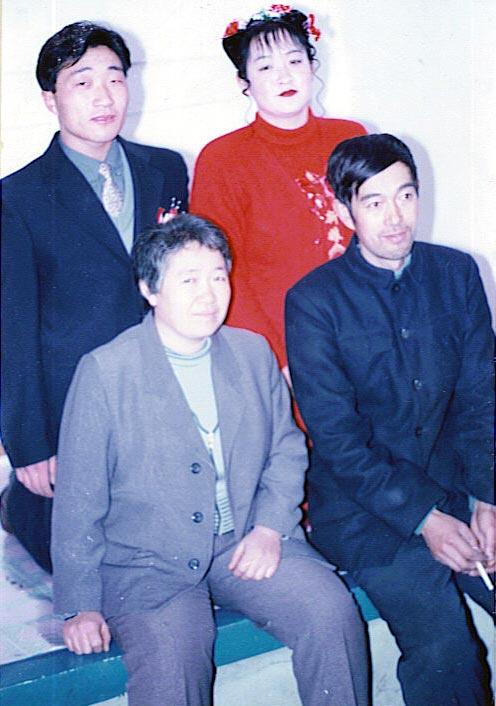 左下是劉術玲,右下是劉術玲的丈夫齊兆遷,後排是她的女兒齊英華和女婿。(明慧網)