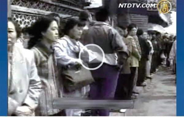 1999年4月25日當天,孔海燕(中)參加了法輪功學員的萬人上訪。(孔海燕提供)