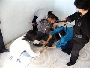 酷刑演示:強制「雙腿盤坐」。(明慧網)