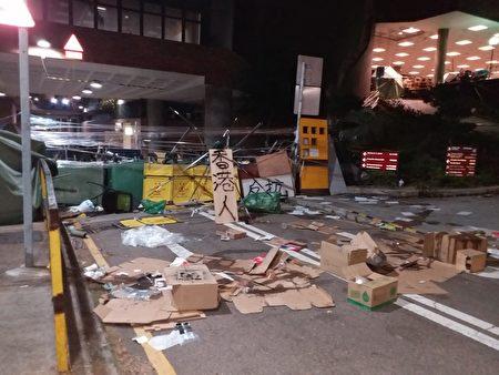 香港理工大學附近的路障,上寫「香港人反杭」。(受訪者提供)