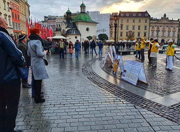 2019年11月9日至10日波蘭法輪功學員在克拉科夫市古城中央市集廣場向遊客展示功法。(明慧網)