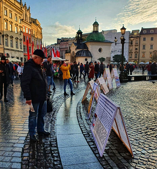2019年11月9日至10日波蘭法輪功學員在克拉科夫市古城中央市集廣場向遊客展示法輪功真相信息。(明慧網)