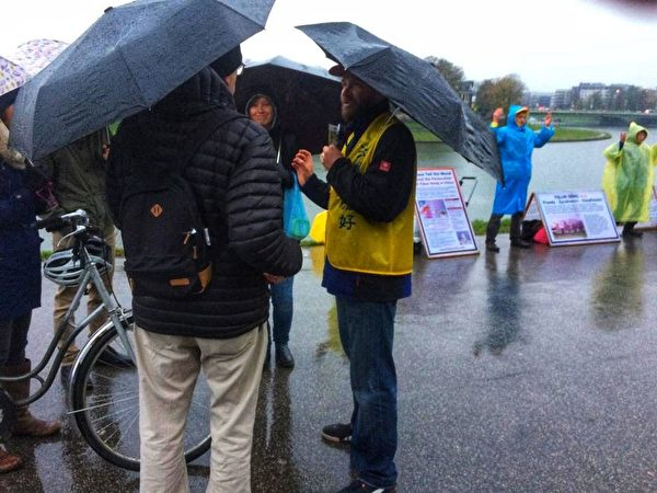 2019年11月9日至10日波蘭法輪功學員在雨中向遊客講真相。(明慧網)