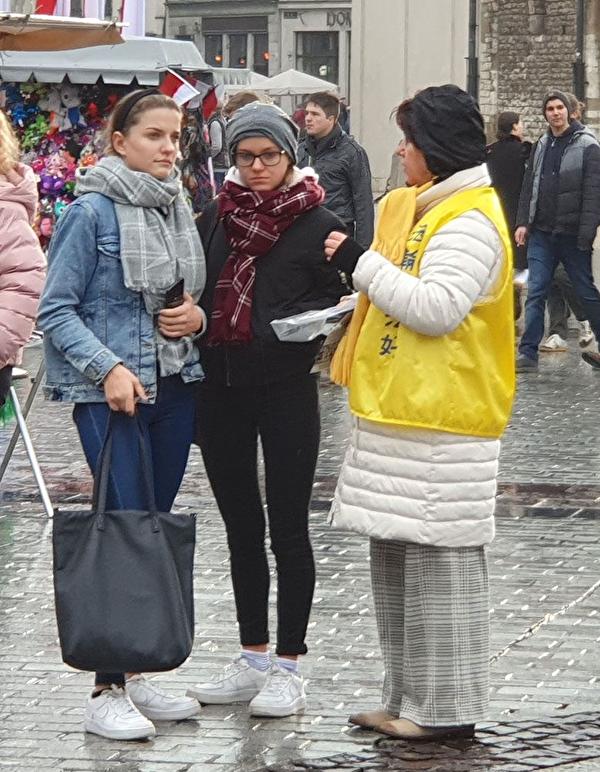 2019年11月9日至10日波蘭法輪功學員向遊客講真相。(明慧網)