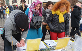组图:多国游客在波兰名城签名举报江泽民
