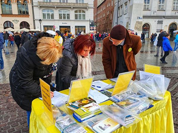 安娜·卡米科斯卡(Anna Kamykowska,中)女士支持法輪功學員反迫害。(明慧網)