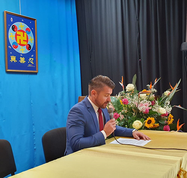 波蘭法輪功學員在法會上發言,交流修煉體會。(明慧網)