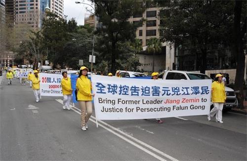 多年來,在全澳各地舉行的遊行等反迫害活動中,要求「法辦江澤民」是法輪功學員的主要訴求之一。圖為2018年9月7日在悉尼市中心舉行的大遊行中,法輪功學員展示「法辦江澤民」和「全球控告迫害元凶江澤民」的橫幅。(大紀元)