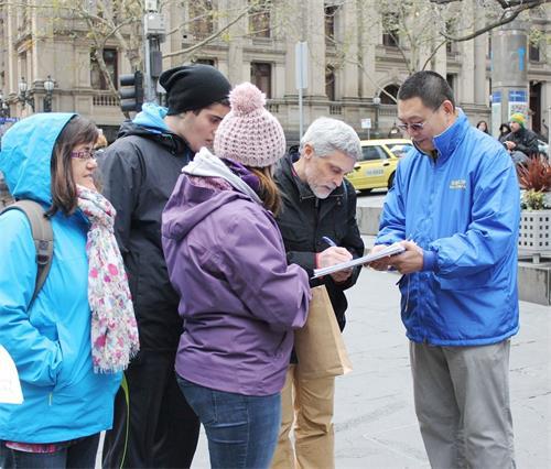 驕陽下、寒風中,在繁華的商業街、中國城,在中領館前以及著名的旅遊景點,近四年來法輪功學員在澳洲各大城市徵集各階層民眾和遊客 「舉報江澤民」的聯署簽名。(明慧網)