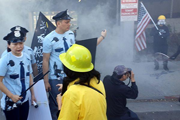 帕薩迪納「搞怪遊行」上演支持香港民主運動的行動短劇。(金淳提供)