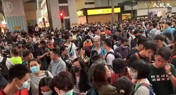 2019年11月25日,香港區議會當選人到理工大學聲援學生,大批市民和當選人被警方攔截。(大紀元影片截圖)