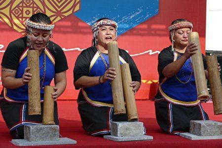 邵族逐鹿市集舞團的竹音打擊場演出。