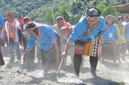 慈心「從瓦拉米到Malavi」成果展中,部落舉行播種祭儀式,邀集眾人之力,攜手於南安保種田中,種下期許生態永續、文化薪傳的種子。