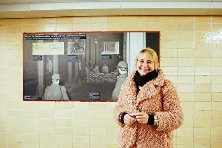 科研工作者達布羅夫斯基觀看柏林貝爾瑙大街地鐵站的圖片展覽。(穆華/大紀元)