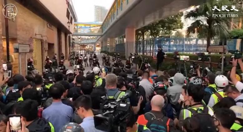 多位民主派當選人進入理大 大批市民遭警阻攔