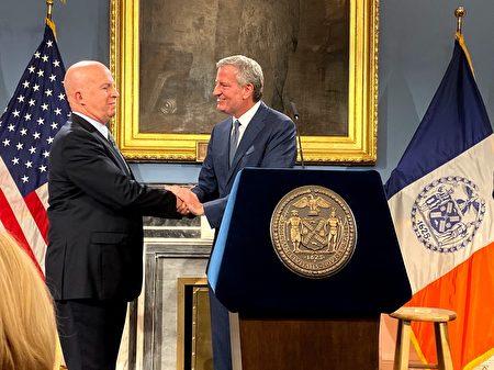 周一纽约警察局局长奥尼尔(左)宣布辞职。