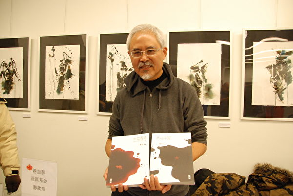香港政治漫畫家尊子在論壇現場設畫展、簽名售書,為抗爭者募款。(伊鈴/大紀元)