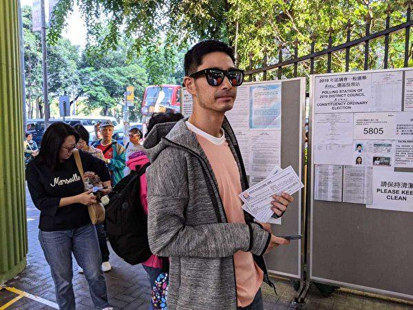 王宗堯在銅鑼灣票站投票。(梁珍/大紀元)