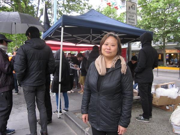 2019年11月9日下午,澳洲維港(Victoria Hongkongers)在墨爾本為香港墜樓身亡的周梓樂發起悼念集會。圖為活動組織者潘女士。(李奕/大紀元)