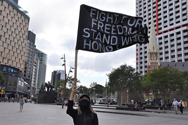 香港留學生舉著「為自由而戰」的旗幟,為香港自由民主發聲(楊裔飛/大紀元)