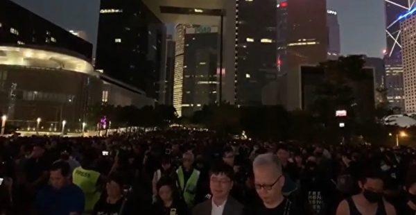 2019年11月9日,港人聚集金鐘添馬公園,舉行「『主佑義士』全港祈禱及追思會」。圖為餐會人員默哀。(大紀元影片截圖)