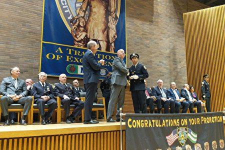 谷口直树(Naoki Yaguchi,音译)接受警局局长欧尼尔的表彰,晋升至副督察。