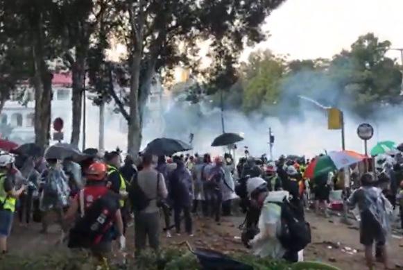 11月17日下午,警察在香港理工大學,瘋狂發射水炮車、催淚彈,同時出動裝甲車。(大紀元影片截圖)
