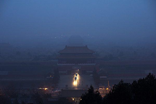北京政权在生死之际,仍执迷不悟、心存侥幸。后世的人看来,会非常感慨、唏嘘不已。图为2016年12月北京的阴霾。(Wang Zhao/AFP)