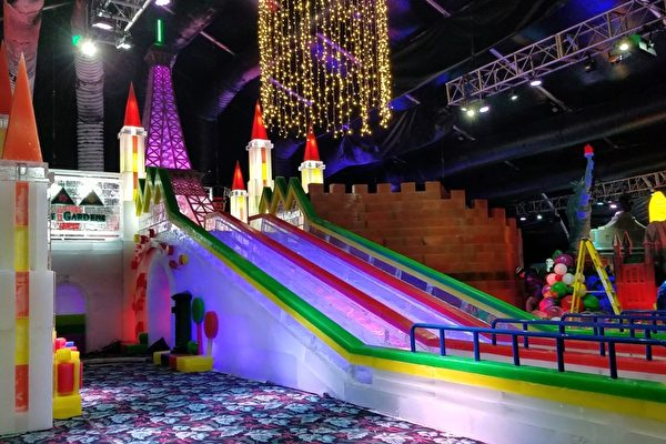 穆迪花園Moody Gardens今冬將繼續舉辦冰雕展,圖為冰雕展上的三條冰滑梯。