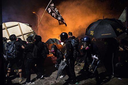 11月12日晚上,港警闖入香港中文大學校園,連續4小時不間斷、密集發射催淚彈及橡膠彈,令校園宛如戰場。