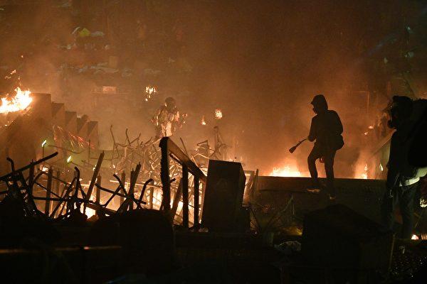 11月18日,防暴警攻入理大校園,理大平台成火海。(ANTHONY WALLACE/AFP via Getty Images)