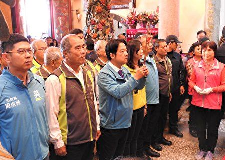 民进党副总统候选人赖清德11月28日在立法委员洪慈庸陪同下,前往潭水亭观音庙参香,受到许多在地民众热情欢迎。