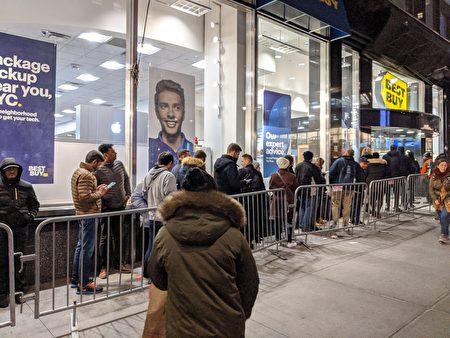 民眾排隊進入曼哈頓中城的百思買店內。