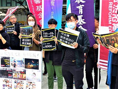 大四港生Vincent(右1)站出来向台湾政府、民众求救,控诉香港许多儿童、少年因为政治主张受到生命威胁,或会被家长赶出家门、或被警方滥捕和不友善对待。
