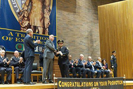 余振源接受警局局长欧尼尔的表彰,晋升至副总警司(Deputy Chief)。