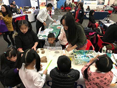 健保咨询会上提供小朋友手工、绘画活动。